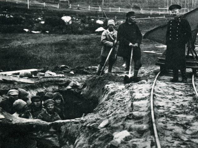 Заключенные Соловецкого лагеря особого назначения на работах, середина 1920-х гг. Источник: wikipedia.org