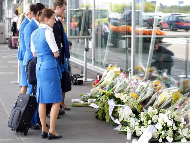 Цветы в аэропорту Амстердама в память о жертвах рейса MH17.