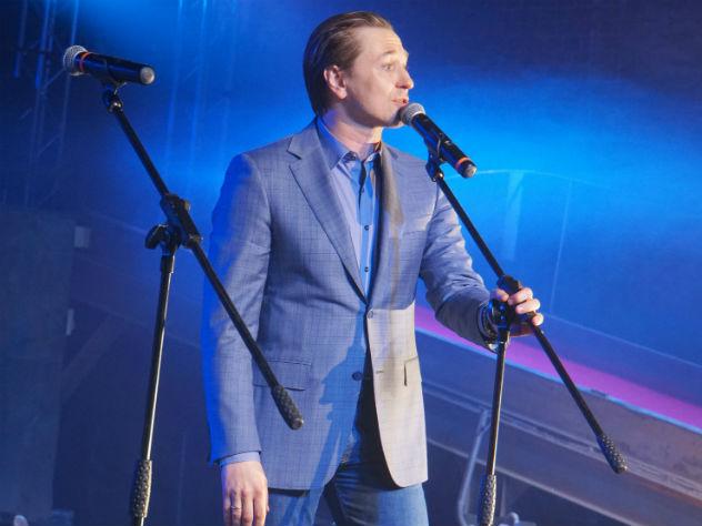 Артисту петь не впервой: в сериале «Участок» он вместе с солистом «Любэ» Николаем Расторгуевым исполнял песню про березы