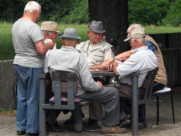 Сейчас развивается дискуссия вокруг трех вопросов: нужно ли повышать пенсионный возраст для того, чтобы сбалансировать систему,