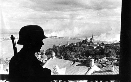 Киев находился в оккупации 778 дней, и к моменту освобождения в нем почти не осталось трудоспособного населения. Источник: wikimedia.org