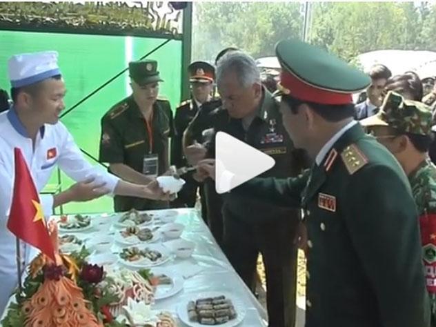 В подмосковном Алабино военные повара выстроились в ряд вместе с блюдами, чтобы угостить министра обороны России