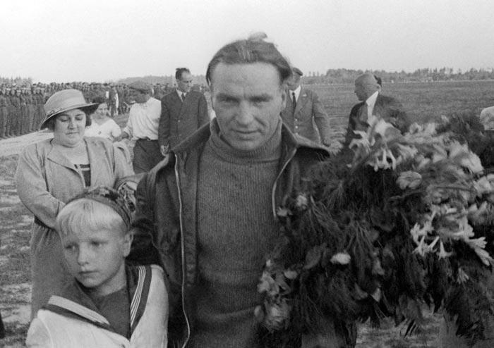 Валерий Чкалов с сыном на Щелковском аэродроме в Москве, 1936 год. Фото: ИТАР-ТАСС