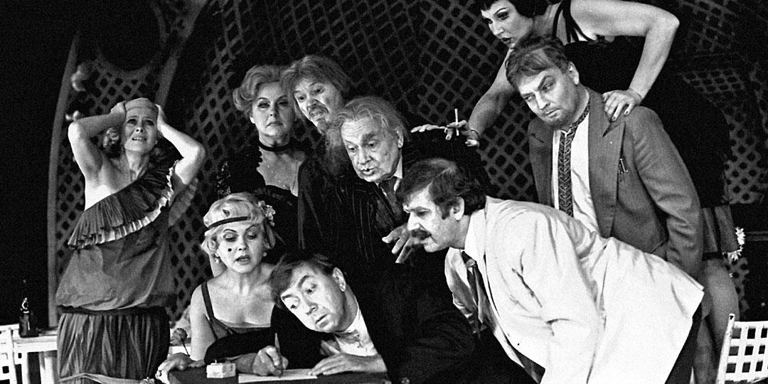 Сцена из спектакля «Самоубийцы», когда в нём ещё играл Роман Ткачук (сидит в центре). Фото: © РИА «Новости»