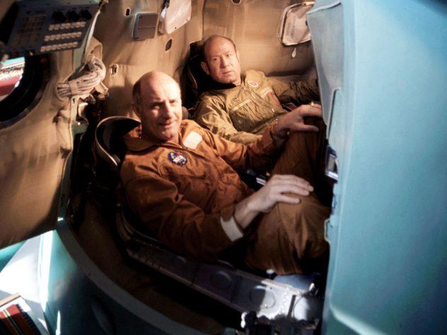 Стаффорд и Леонов во время тренировки в спускаемом аппарате тренажера «Союз» (1975 г.)